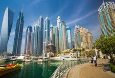 在迪拜小游艇船坞摩天大楼和最豪华的superyacht小游艇船坞,迪拜,阿联酋的看法 免版税库存照片