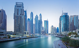 在迪拜小游艇船坞摩天大楼和最豪华的superyacht小游艇船坞,迪拜,阿联酋的看法 免版税库存图片