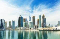 在迪拜小游艇船坞摩天大楼和最豪华的superyacht小游艇船坞,迪拜,阿联酋的看法 库存图片