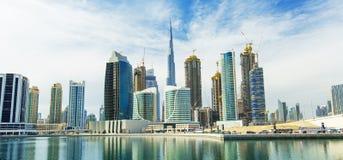 在迪拜小游艇船坞摩天大楼和最豪华的superyacht小游艇船坞,迪拜,阿联酋的看法 库存照片