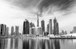 在迪拜小游艇船坞摩天大楼和最豪华的superyacht小游艇船坞,迪拜,阿联酋的看法 免版税图库摄影