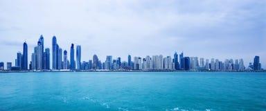 在迪拜小游艇船坞摩天大楼的看法在豪华迪拜市 免版税库存照片