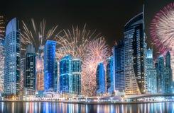 在迪拜小游艇船坞海湾上的美丽的烟花,阿拉伯联合酋长国 免版税库存照片