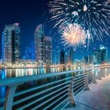 在迪拜小游艇船坞海湾上的美丽的烟花,阿拉伯联合酋长国 库存照片