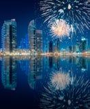 在迪拜小游艇船坞海湾上的美丽的烟花,阿拉伯联合酋长国 免版税图库摄影