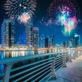 在迪拜小游艇船坞海湾上的美丽的烟花,阿拉伯联合酋长国 免版税库存图片