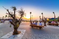 在迪拜小游艇船坞的人观看的日落 免版税图库摄影