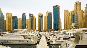 在迪拜小游艇船坞的看法有豪华小船和游艇的,迪拜,阿联酋 免版税库存图片