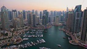在迪拜小游艇船坞的看法黄昏的 股票录像