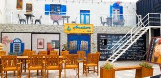 在迪拜小游艇船坞立方体的咖啡馆 库存图片