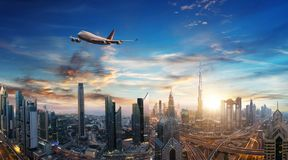 在迪拜市上的商业喷气机飞行 免版税图库摄影