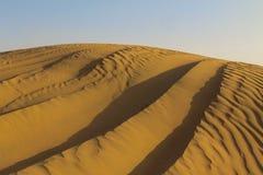 在迪拜沙丘的吉普轨道 库存图片