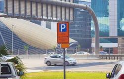 在迪拜的有偿的停车处标志 免版税库存图片