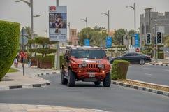 在迪拜路的豪华吉普,迪拜, Uniited阿拉伯人酋长管辖区 图库摄影