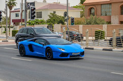 在迪拜路的豪华汽车,迪拜, Uniited阿拉伯人酋长管辖区 图库摄影