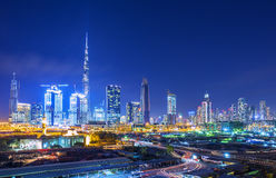 在迪拜金融中心地平线的看法与现代摩天大楼的在迪拜市和建造场所,阿联酋 免版税库存照片