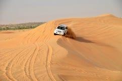 在迪拜附近的吉普徒步旅行队 库存照片