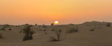 在迪拜附近的沙丘沙漠有日落的 阿拉伯酋长管辖区团结了 免版税库存照片