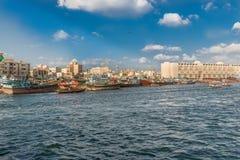 在迪拜,阿拉伯联合酋长国浇灌横渡著名小河的出租汽车 免版税库存照片