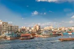 在迪拜,阿拉伯联合酋长国浇灌横渡著名小河的出租汽车 库存照片