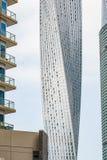 在迪拜,阿拉伯联合酋长国详述现代未来派cayan塔看法  库存图片