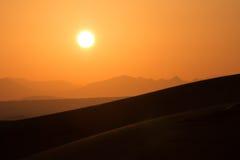 在迪拜,阿联酋的沙漠沙丘的热的日出 库存照片