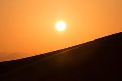 在迪拜,阿联酋的沙漠沙丘的热的日出 库存图片