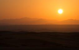 在迪拜,阿联酋的沙漠沙丘的热的日出 免版税库存照片