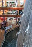 在迪拜购物中心,根据总面积的世界的最大的商城的瀑布 库存照片