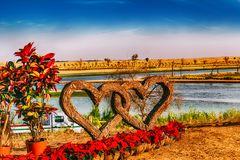 在迪拜Love湖的被卷入的爱 库存照片
