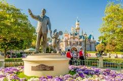 在迪斯尼乐园公园的华特・迪士尼和米老鼠雕象 库存照片