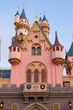 在迪斯尼乐园的桃红色和蓝色幻想城堡 图库摄影