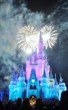 在迪斯尼灰姑娘城堡的烟花 免版税库存照片