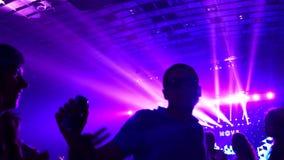 在迪斯科的人舞蹈 舞池和轻音乐 在夜总会的青年人休息 股票视频