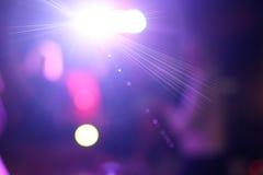 在迪斯科聚会的被弄脏的五颜六色的光 免版税库存图片
