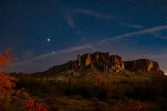 在迷信山的夜空 免版税库存照片