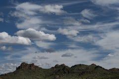 在迷信山的早晨云彩,失去的荷兰人国家公园,亚利桑那 免版税库存照片