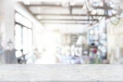 在迷离咖啡店窗口背景的白色大理石台式 E 免版税图库摄影