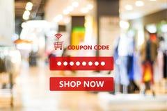 在迷离商店背景,网在林的横幅购物的优惠券代码 库存照片