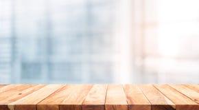 在迷离白色玻璃窗背景形式办公室的木台式 免版税图库摄影