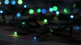 在迷离的闪动的色的光 bokeh作用 电圣诞树光 英尺长度夹子4K 股票录像