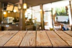 在迷离蒙太奇摘要背景前面的空的木桌 图库摄影
