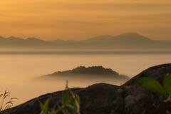 在迷雾山脉的日出 免版税库存照片