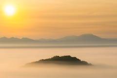 在迷雾山脉的日出 免版税库存图片