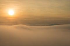 在迷雾山脉的日出 免版税图库摄影