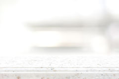 在迷离架子背景的白色石工作台面 免版税库存图片