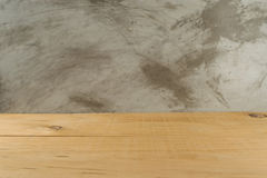 在迷离混凝土背景前面的空的木板 免版税图库摄影
