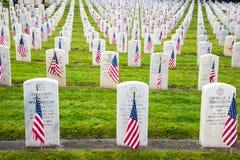 在退伍军人公墓的Militaty严重标志 免版税库存图片