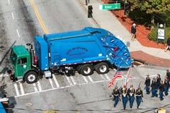 在退伍军人游行期间,垃圾车阻拦街道防止恐怖主义 库存照片