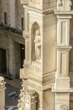 在适当位置的大理石象在大教堂石峰,米兰,意大利 库存图片